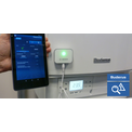 Smart Service Key angeschlossen an Kessel und Smartphone mit App EasyService